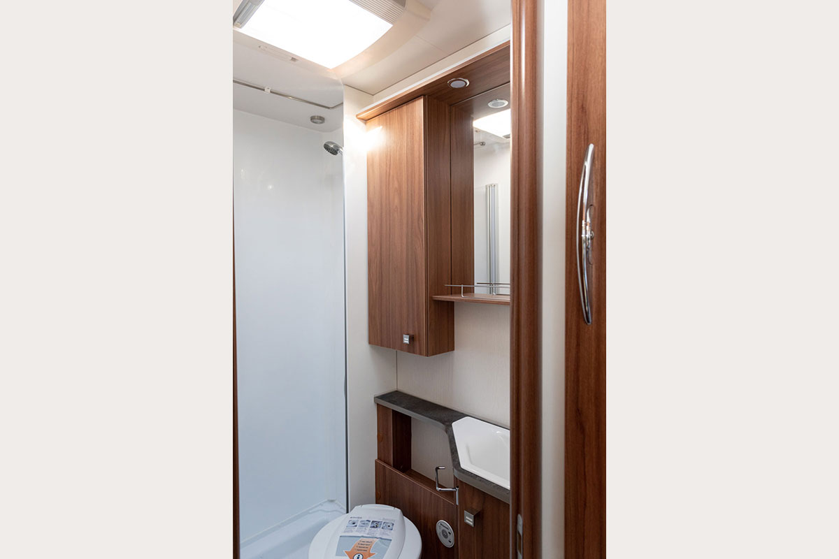 Shower bath with daylight in the Campervan